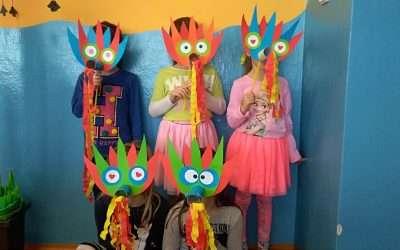 V družině děti vyráběly masky